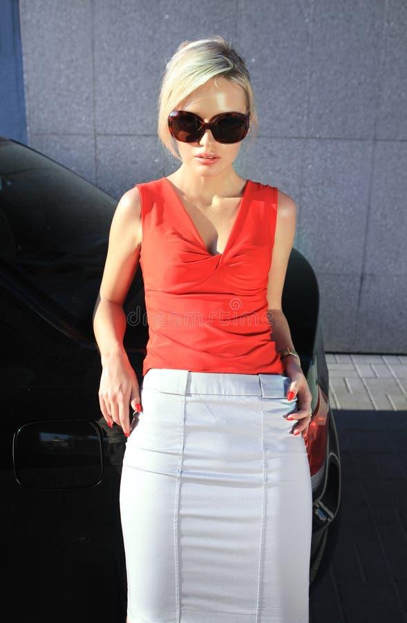 白肤金发的方式太阳镜妇女 库存照片