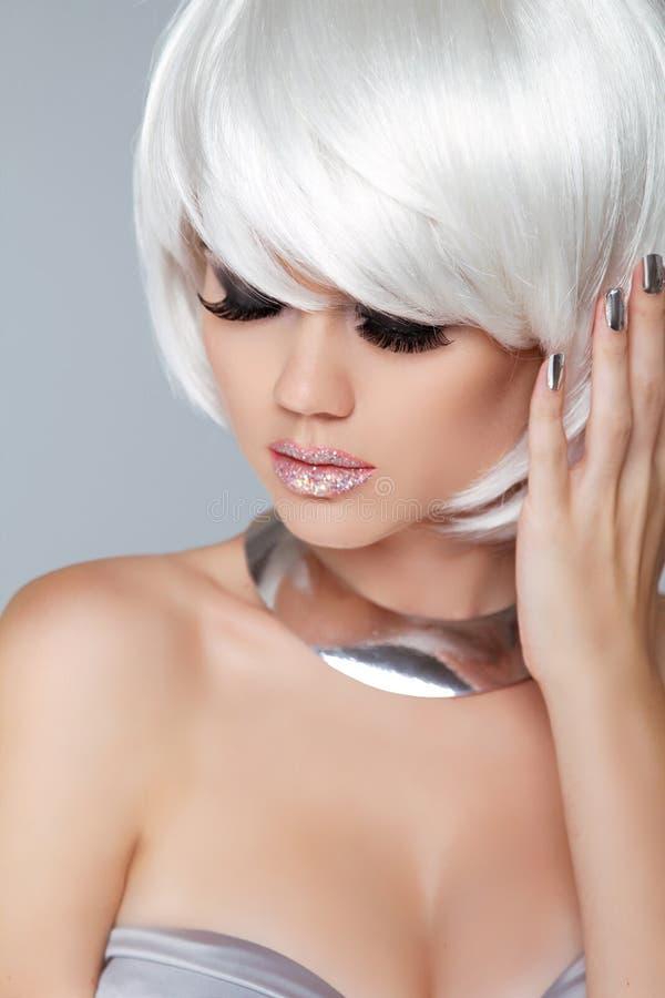 白肤金发的方式女孩 秀丽画象妇女 白色短发 Iso 库存照片