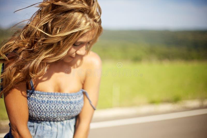白肤金发的日夏天妇女 免版税库存照片