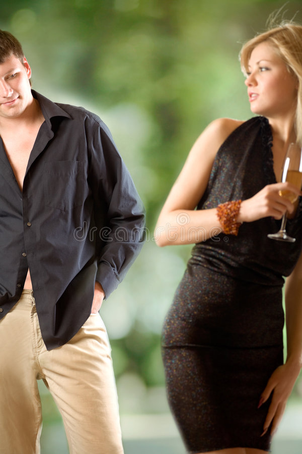 白肤金发的查找人s妇女年轻人的香槟& 免版税库存图片