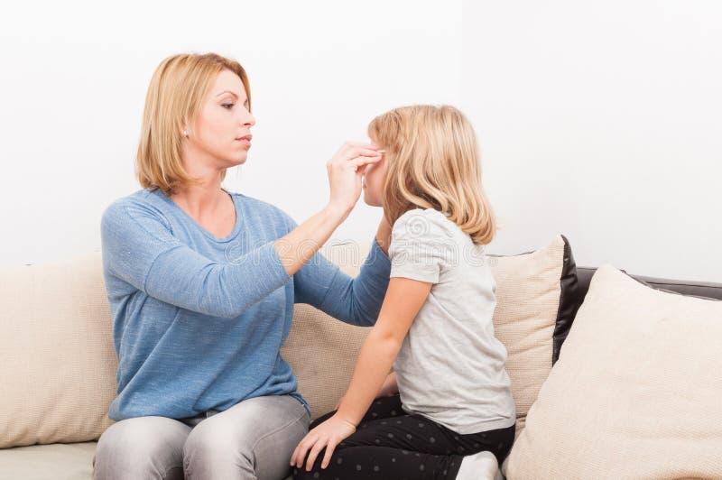白肤金发的母亲和女儿 免版税库存图片