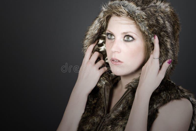 白肤金发的毛皮女孩戴头巾俏丽的顶层 免版税库存图片