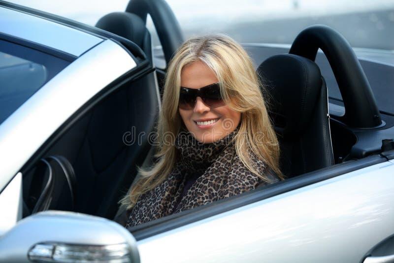 白肤金发的汽车女孩 免版税库存图片