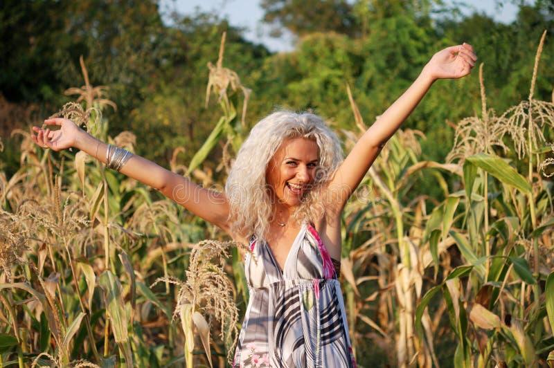 白肤金发的玉米女孩笑 图库摄影