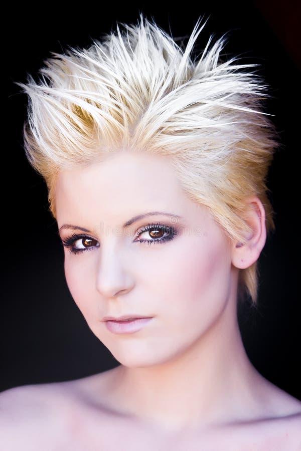 白肤金发的现代纵向妇女 免版税库存图片