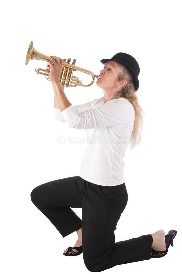 白肤金发的球员喇叭妇女 免版税库存照片