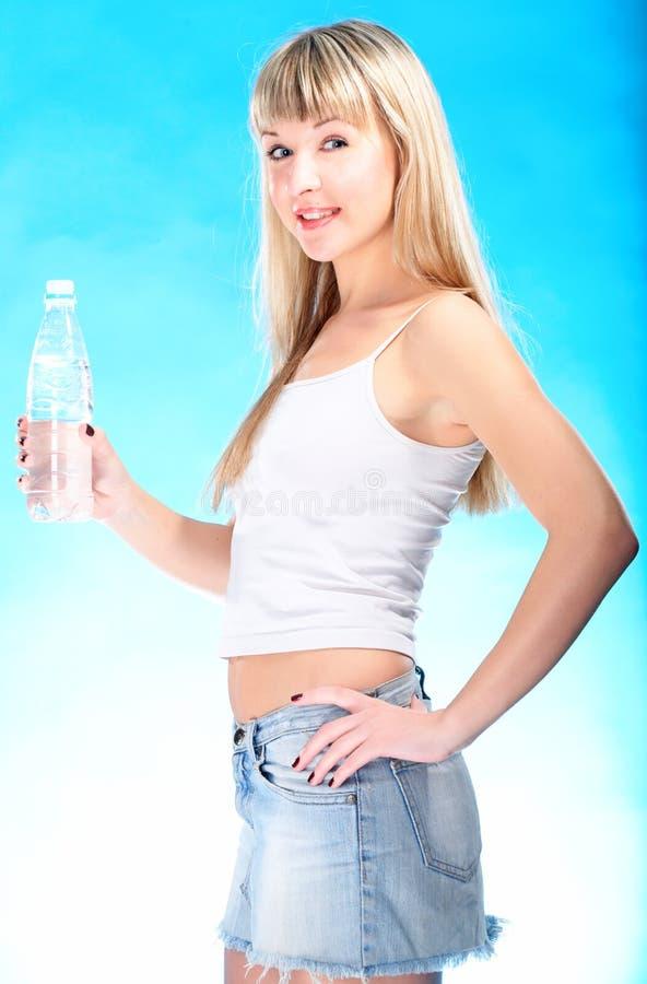 白肤金发的瓶饮料性感的水 免版税库存照片