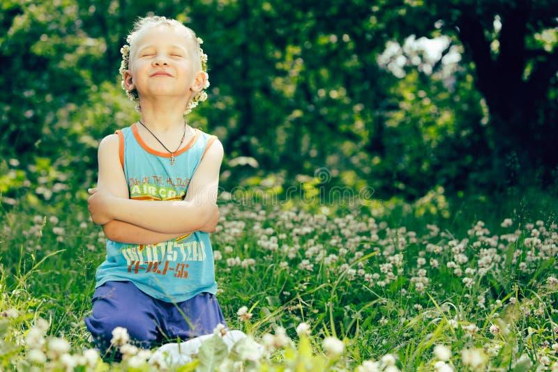 白肤金发的男孩三叶草花圈 库存照片