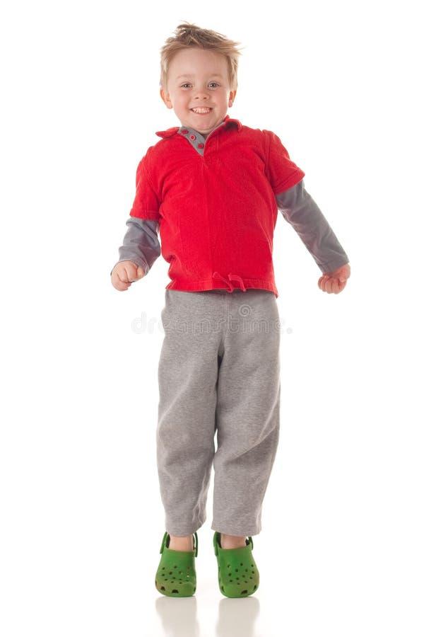 白肤金发的男孩逗人喜爱跳 免版税库存图片