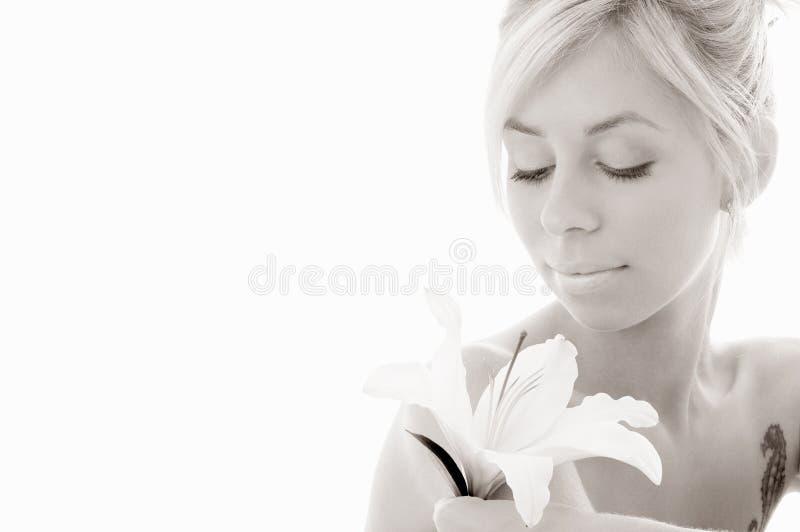 白肤金发的百合黑白照片 库存照片