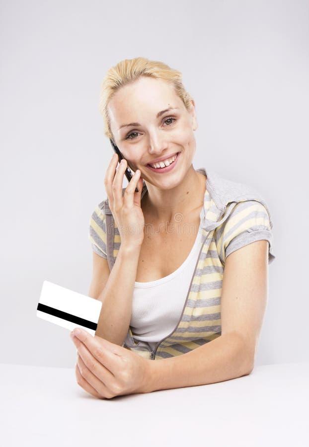 白肤金发的看板卡赊帐购物妇女 库存照片