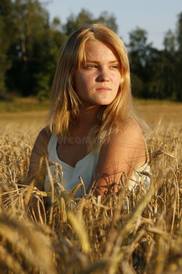 白肤金发的看起来的严重的妇女年轻&# 库存照片