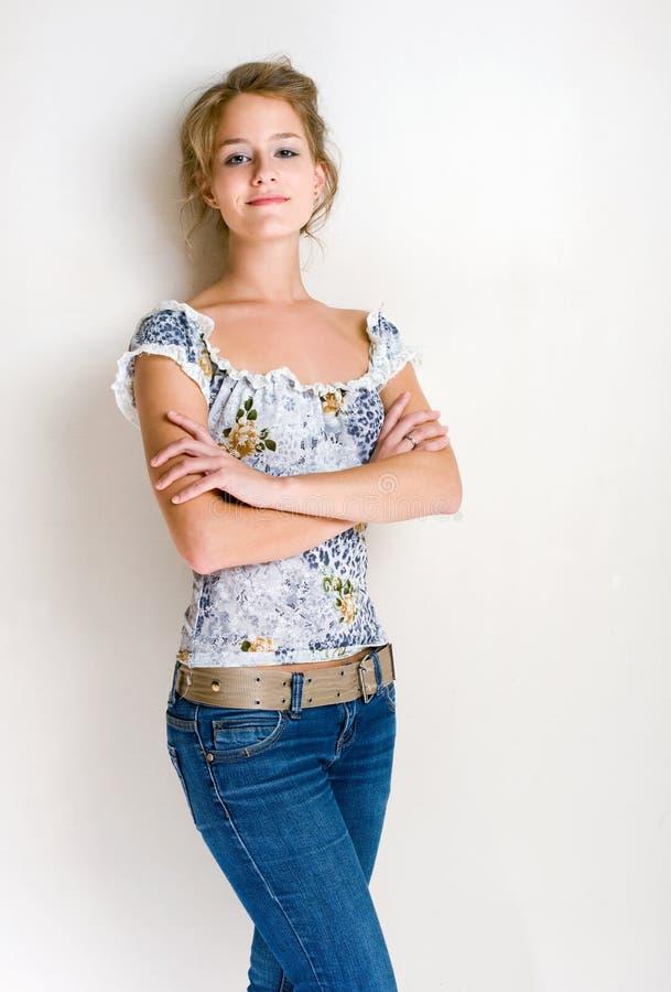 白肤金发的确信的妇女年轻人 免版税库存照片