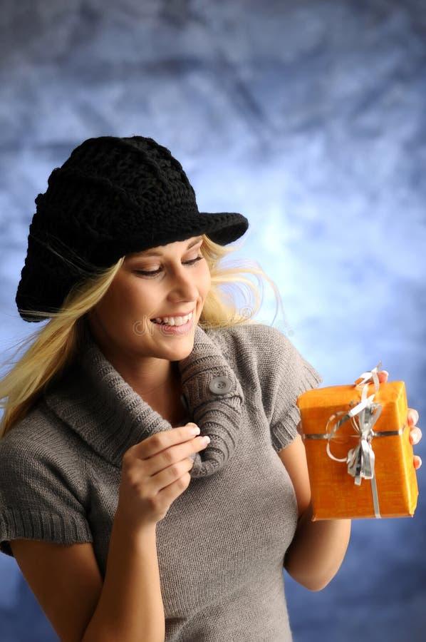 白肤金发的礼品女孩 免版税库存照片