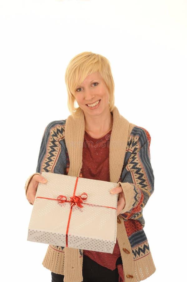 白肤金发的礼品愉快的妇女 免版税库存照片