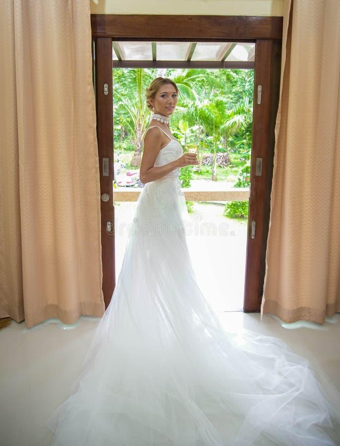 白肤金发的礼服婚礼年轻人 免版税图库摄影