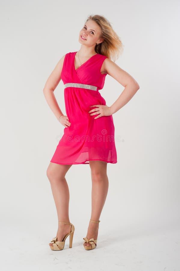 白肤金发的礼服红色性感的妇女 免版税库存照片