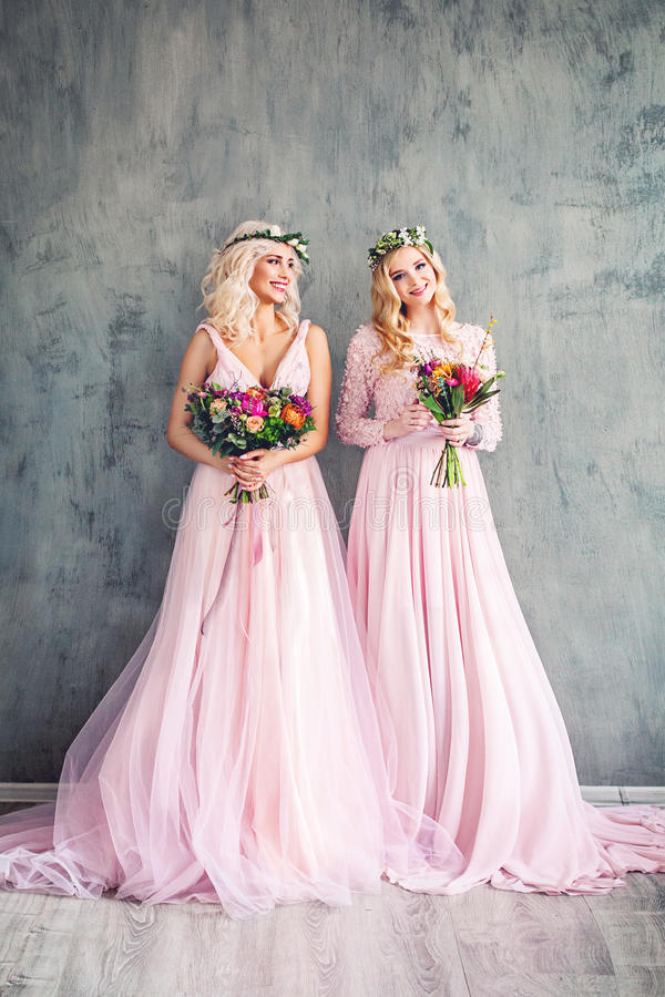 白肤金发的秀丽 桃红色礼服的完善的时装模特儿妇女 图库摄影