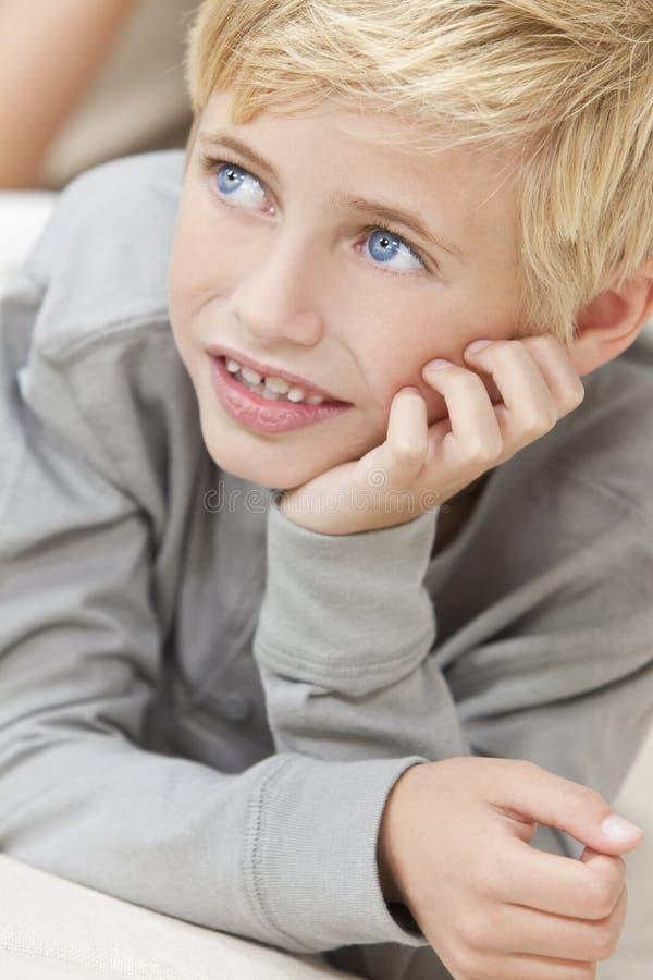 白肤金发的穿蓝衣的男孩子项注视头&# 免版税库存照片