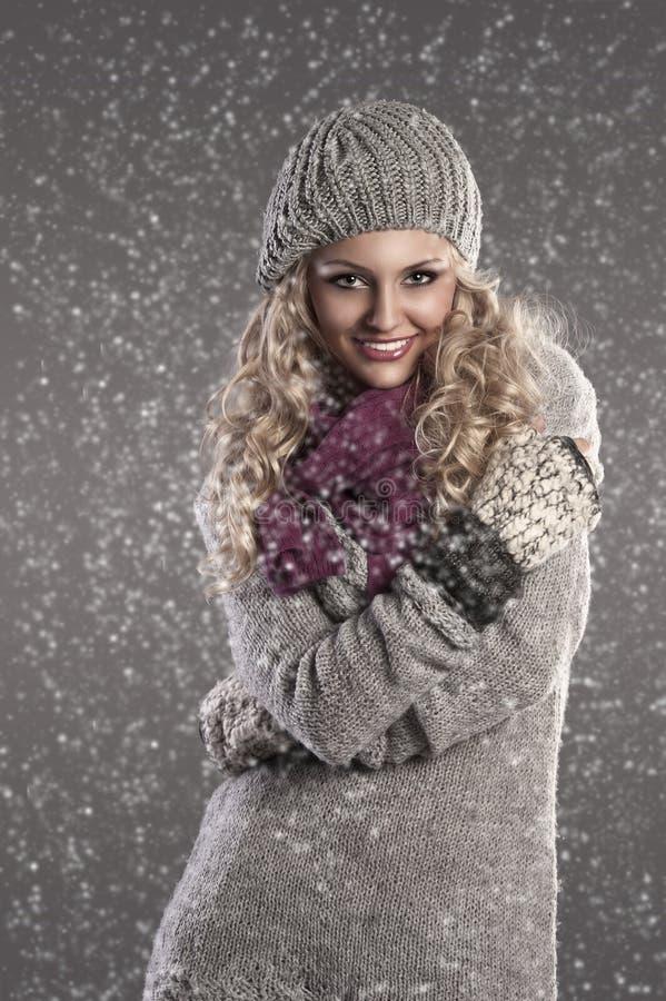 白肤金发的纵向俏丽的冬天 库存照片