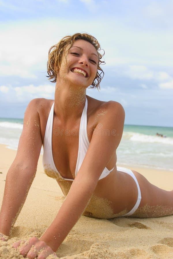 白肤金发的纵向俏丽的妇女 免版税库存照片