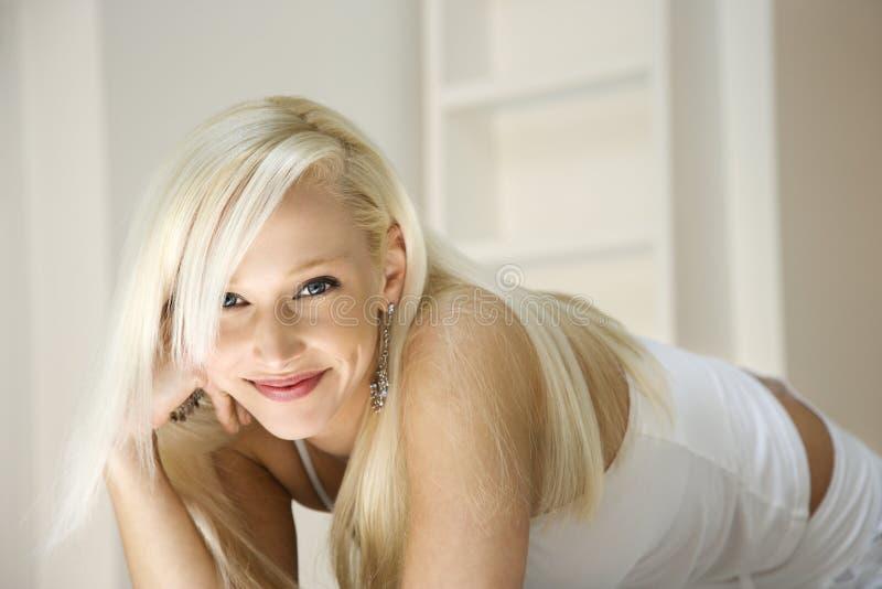 白肤金发的纵向妇女 库存图片