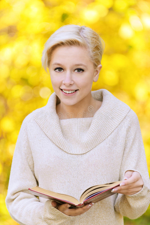 白肤金发的纵向微笑的妇女 库存照片