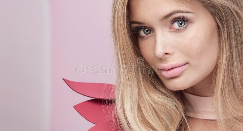 白肤金发的自然妇女秀丽画象  免版税库存照片