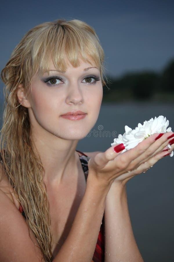白肤金发的花白人妇女 免版税图库摄影