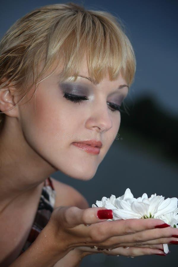 白肤金发的花纵向白人妇女 免版税图库摄影
