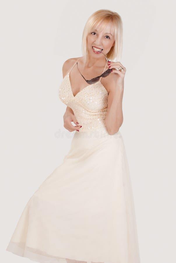 白肤金发的藏品微笑的太阳镜妇女 免版税库存图片