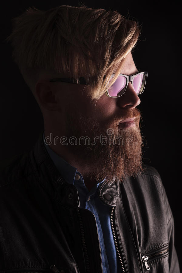 白肤金发的行家人佩带的玻璃 免版税库存照片