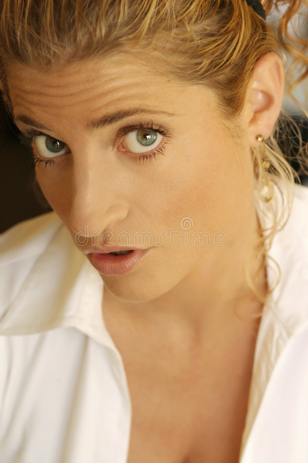 白肤金发的表达式滑稽女孩做 图库摄影
