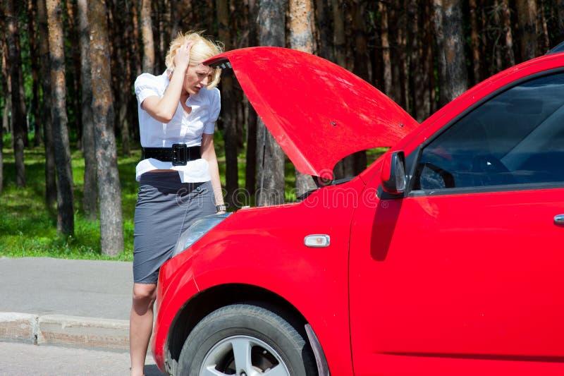 白肤金发的被中断的汽车 库存照片