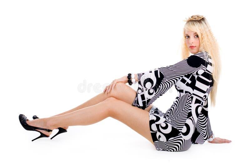 白肤金发的诱人的坐的妇女 库存照片