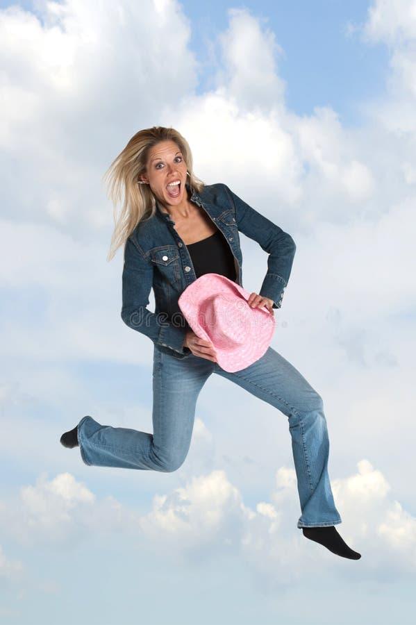 白肤金发的跳的妇女 免版税库存图片