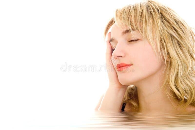 白肤金发的轻松的妇女 免版税库存照片
