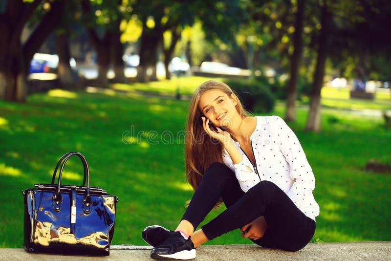 白肤金发的逗人喜爱的女孩在晴天 库存照片