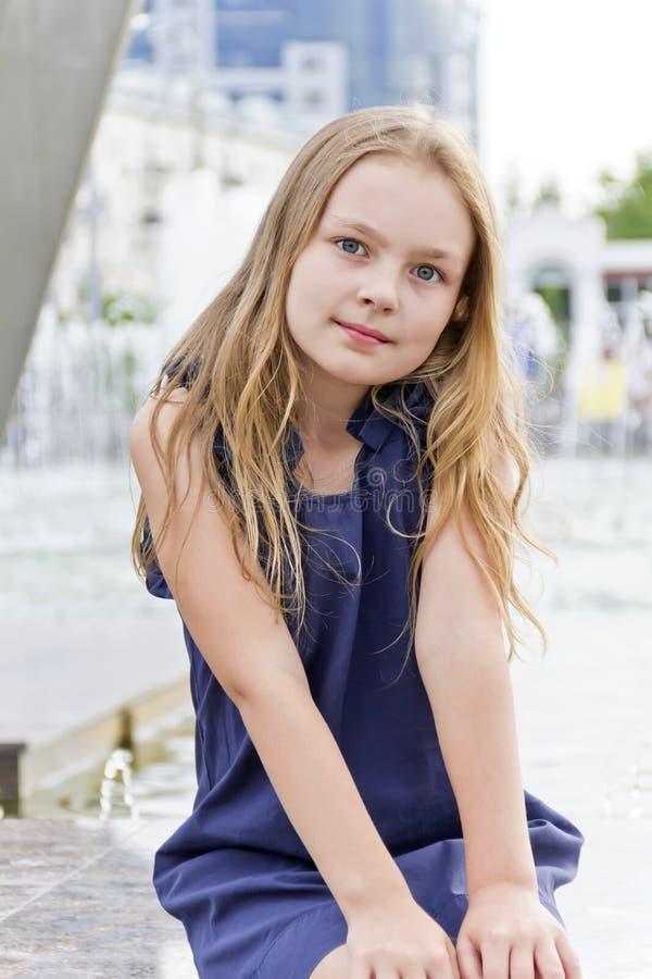 白肤金发的逗人喜爱的女孩头发 免版税图库摄影