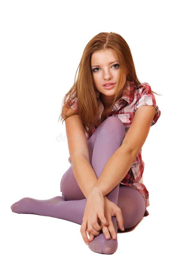 白肤金发的逗人喜爱的楼层女孩坐的&# 免版税库存图片