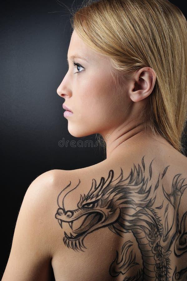 白肤金发的龙纹身花刺妇女 库存照片