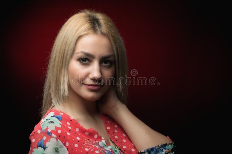 白肤金发的年轻微笑的妇女画象 库存照片