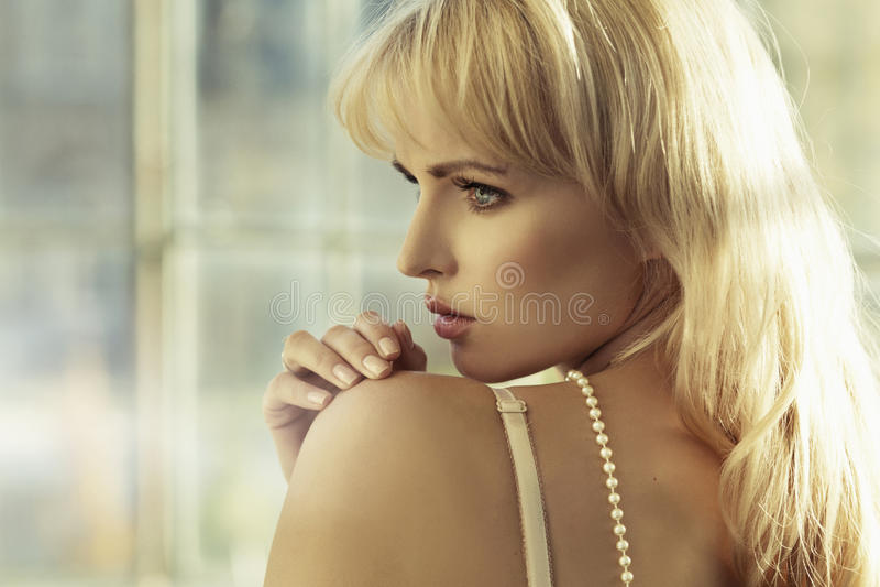 年轻白肤金发的cutie画象  免版税库存图片