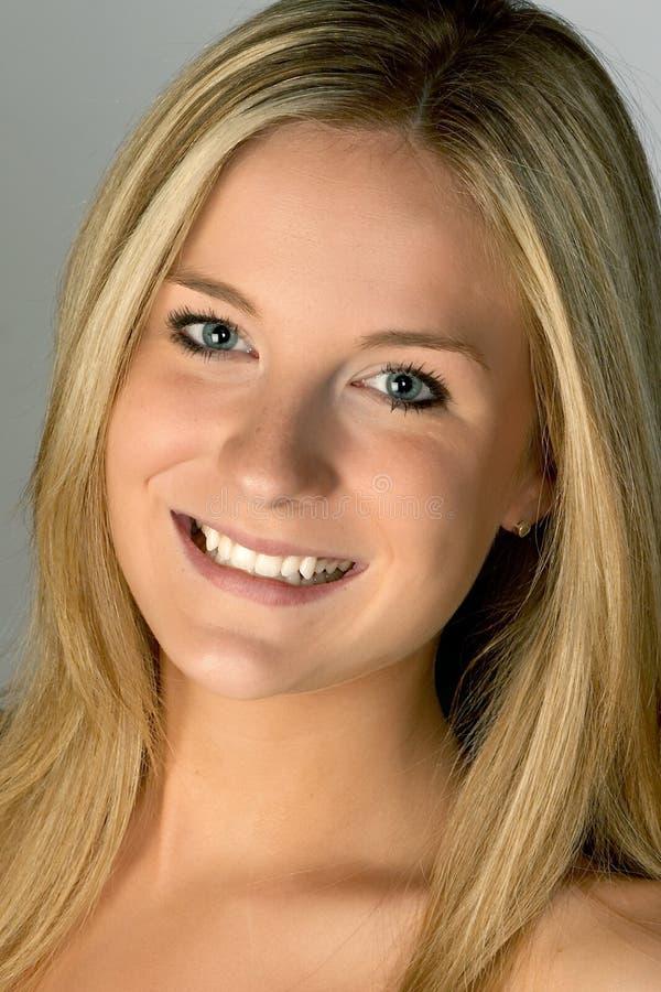 白肤金发的headshot微笑的妇女 免版税库存图片