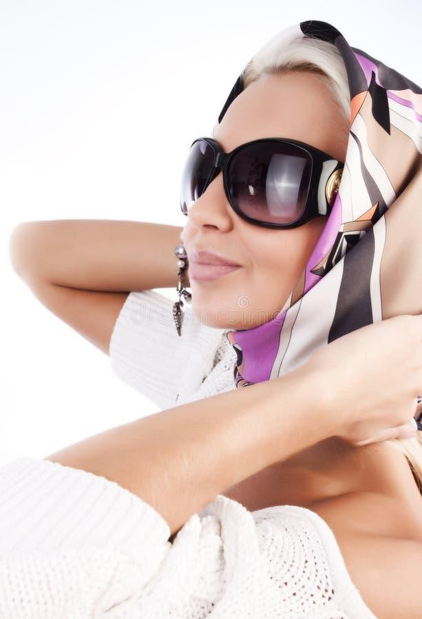 白肤金发逗人喜爱围巾太阳镜佩带 库存图片