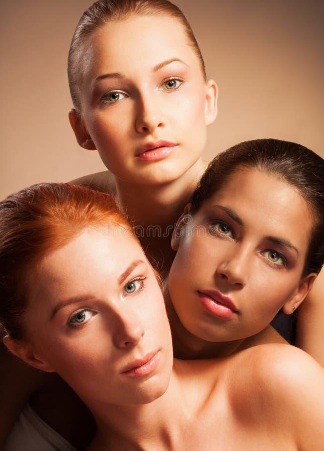 白肤金发,一起红色和拉丁美洲人秀丽纵向的 免版税库存照片