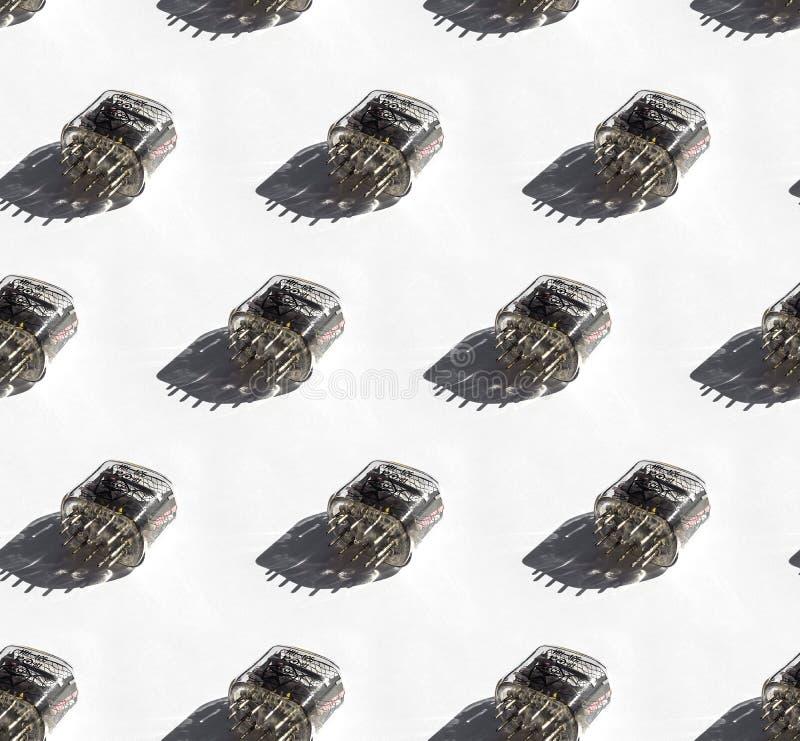 白背景、硬光下IN-12斜管的无缝图案 库存图片