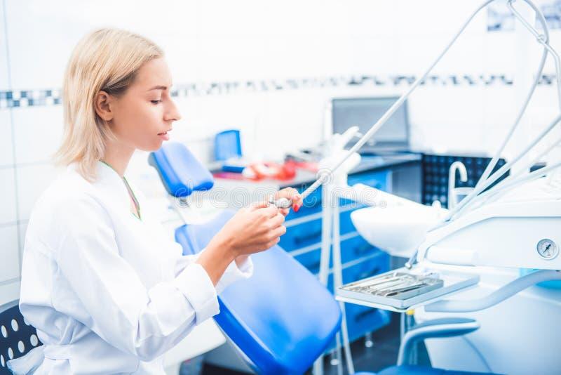 白色一致的工作的牙齿医生 图库摄影