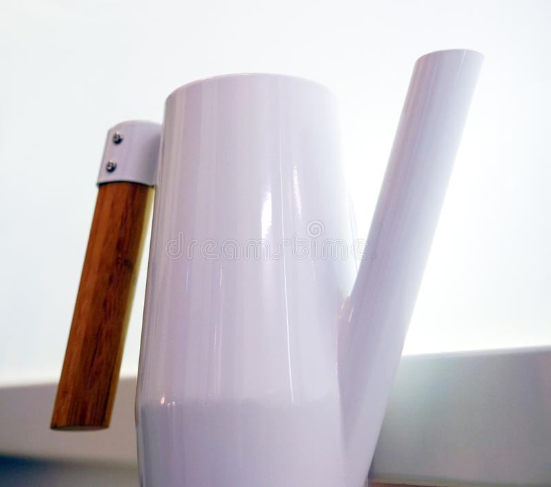 白色不锈钢水罐 反对窗口 库存照片