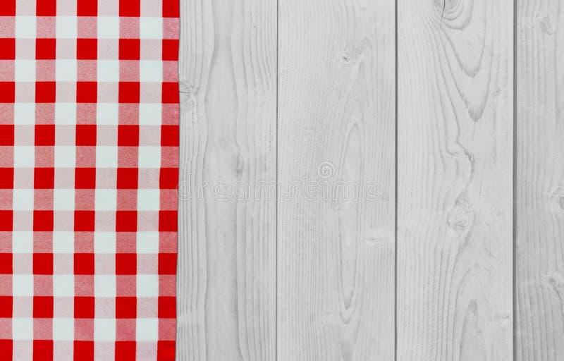 白色与红色验查员餐巾的葡萄酒木桌 方格的织品和木轻的背景 装饰洗碗布 表 库存图片